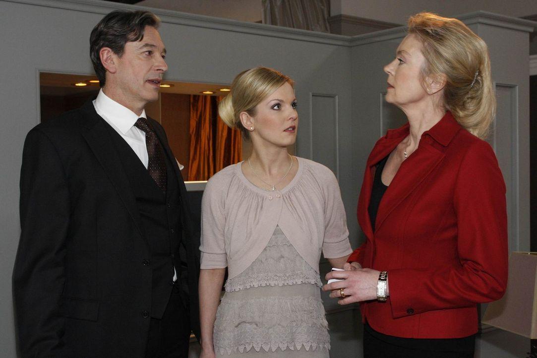 Freuen sich auf die bevorstehende Hochzeit, doch dann zieht Philipp seine Trumpf aus dem Ärmel: (v.l.n.r.) Julius (Günter Barton), Alexandra (Ivon... - Bildquelle: SAT.1