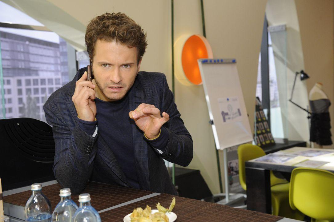 Versucht, seine finanziellen Schwierigkeiten vor Paloma zu verbergen: Enrique (Jacob Weigert) ... - Bildquelle: SAT.1