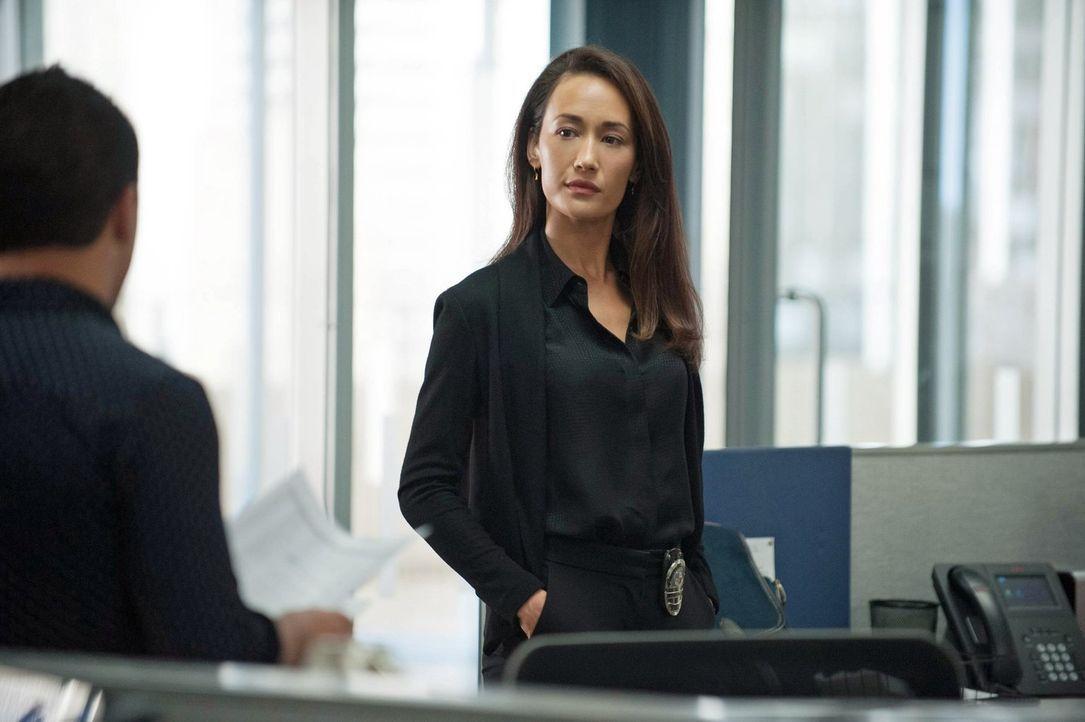 Während der Ermittlungen in einem neuen Fall bekommt Beth (Maggie Q) einen beunruhigenden persönlichen Brief ... - Bildquelle: Warner Bros. Entertainment, Inc.