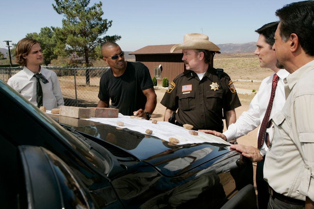 Nach und nach kommen Reid (Matthew Gray Gubler, l.), Morgan (Shemar Moore, 2.v.l.), Sheriff Williams (Jim Beaver, M.), Hotch (Thomas Gibson, 2.v.r.)... - Bildquelle: Touchstone Television