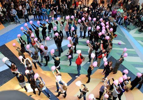 Das Finale des Flashmobs - rosa Herz-Luftballons werden in die Höhe gehalten. - Bildquelle: Danilo Brandt - Sat1