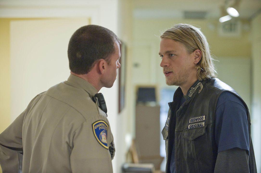 Jax (Charlie Hunnam, r.) hat erfahren, dass der ATF-Agent Joshua Kohn der Ex-Freund von Tara ist, gegen den sie ein Kontaktverbot erwirkt hat. David... - Bildquelle: 2008 FX Networks, LLC. All rights reserved.