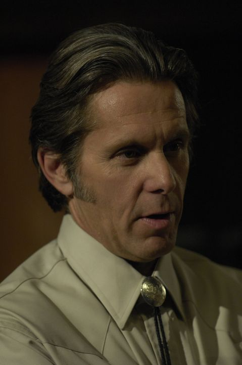 "Rhodes (Gary Cole) ist ein skrupelloser Bauunternehmer, der in Arizona eine Gemeinschaft mit dem Namen ""God's Country"" errichten will ... - Bildquelle: 2008 Worldwide SPE Acquisitions Inc. All Rights Reserved."