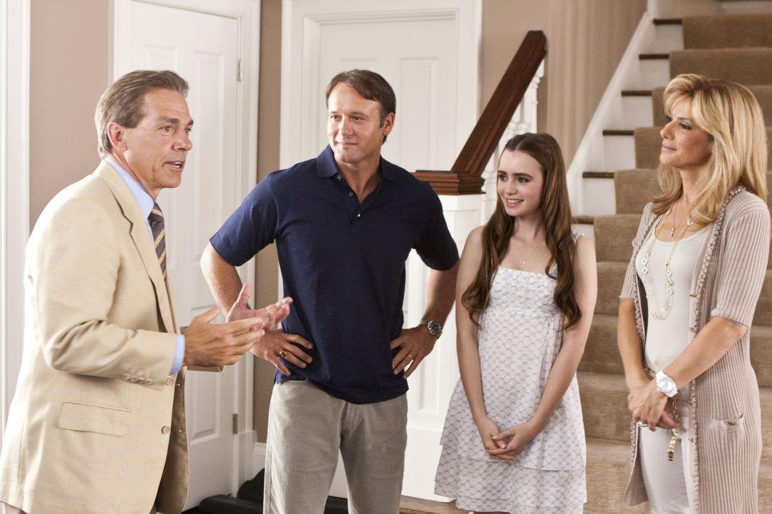 Sean (Tim McGraw, 2.v.l.), Collins (Lily Collins, 2.v.r.) und Leigh Anne (Sandra Bullock, r.) können es nicht glauben, als plötzlich der berühmte... - Bildquelle: Warner Brothers