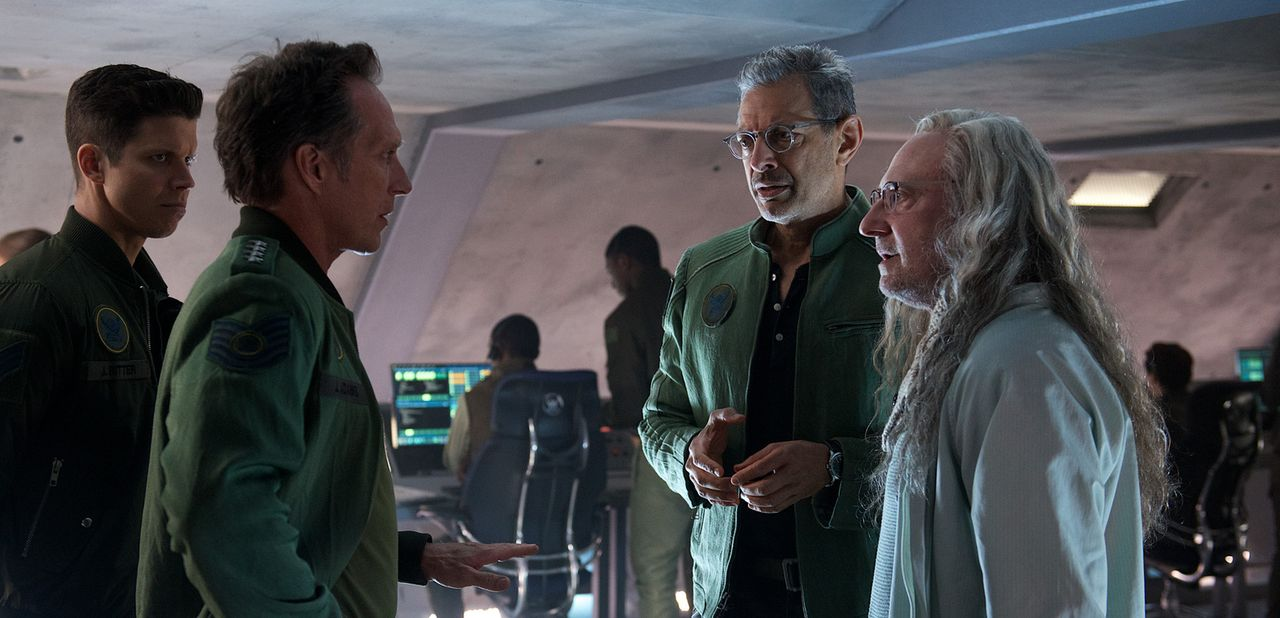 Stellen sich gemeinsam einem erneuten Angriff der Aliens: General Adams (William Fichtner, 2.v.l.), David Levinson (Jeff Goldblum, 2.v.r.) und Alien... - Bildquelle: 2016 Twentieth Century Fox Film Corporation.  All rights reserved.