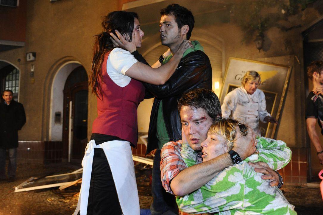 Können ihr Glück, dass sie unverletzt aus den Flammen gelangen konnten, kaum fassen: Paloma (Maja Maneiro, l.), Maik (Sebastian König, 2.v.l.), L... - Bildquelle: SAT.1
