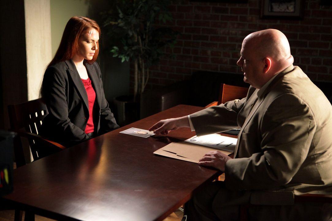 Grace (Amanda Righetti, l.) wird zur Bewachung des Zeugen Justin DeGeorge eingeteilt, doch dieser wird erschossen. Grace gerät dadurch unter Verdac... - Bildquelle: Warner Bros. Television
