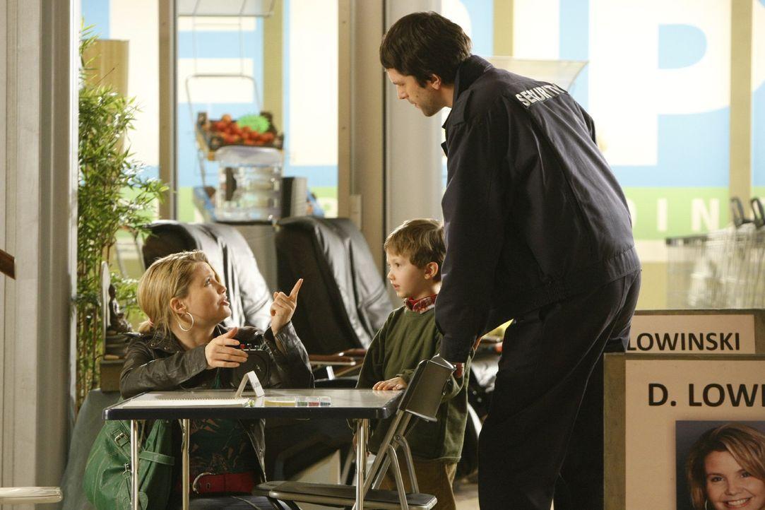 Manni Goldmann (Christian Furrer, r.) ist alleinerziehender Vater und auf der verzweifelten Suche nach einem Kindergartenplatz für seinen Sohn Malt... - Bildquelle: SAT.1