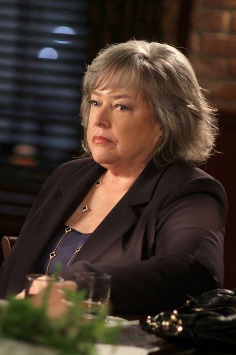 Verteidigt Lou wegen Totschlags im Affekt an seinem Partner Mitchell: Harriet (Kathy Bates) ... - Bildquelle: Warner Bros. Television