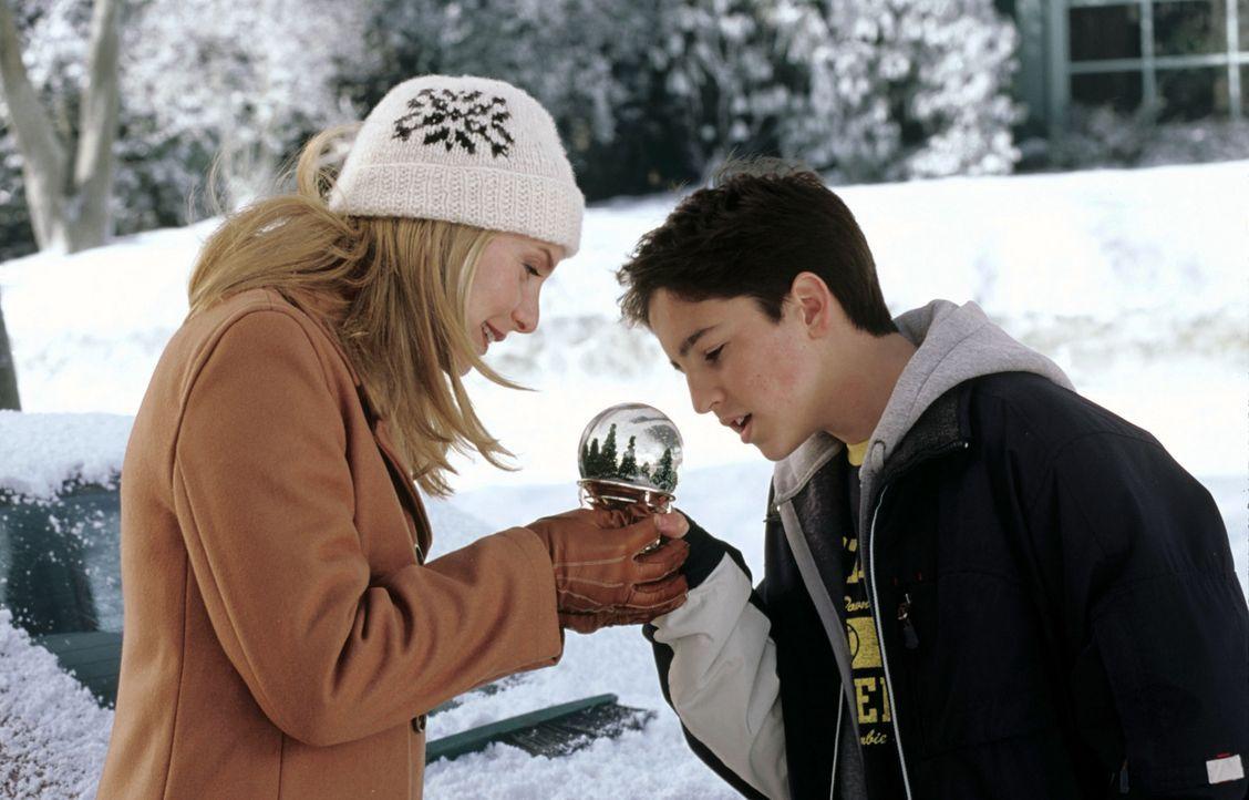 Erleben eine gewaltige Weihnachtsüberraschung: Carol (Elizabeth Mitchell, l.) und Charlie (Eric Lloyd, r.) ... - Bildquelle: Walt Disney Pictures