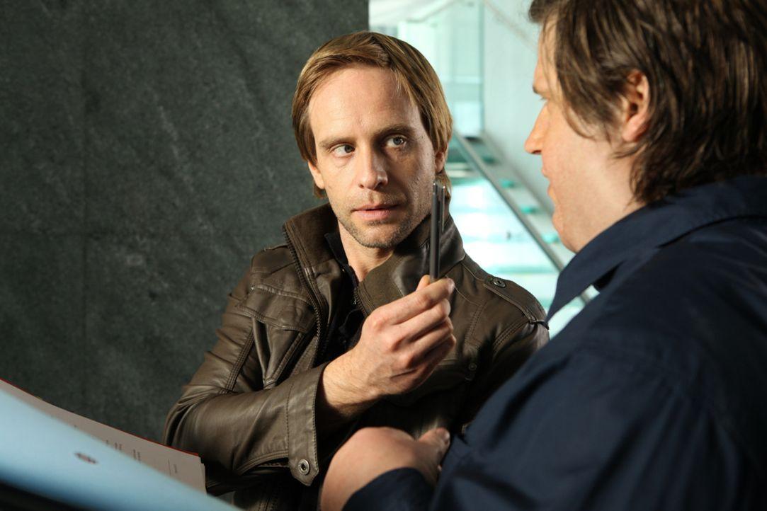 Denis (Julian Weigend, l.) kommt es gerade recht, dass der durchtrainierte Nick (Sebastian Ströbel, r.) über Nacht auf 180 Kilo anschwillt. Er erg... - Bildquelle: SAT.1
