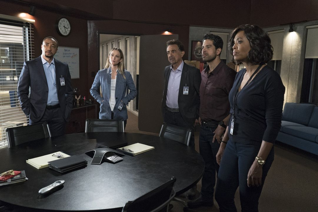 Versuchen alles, um Reid zu helfen: Stephen Walker (Damon Gupton, l.), JJ (AJ Cook, 2.v.l.), Rossi (Joe Mantegna, M.), Luke Alvez (Adam Rodriguez, 2... - Bildquelle: Sonja Flemming 2017 ABC Studios. All rights reserved.