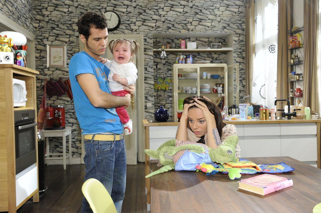 Paloma (Maja Maneiro, r.) kümmert sich um Pia (Marlene Thiele, M.) und stellt fest, wie wenig sie von Kindererziehung und -pflege weiß. Sie wird u... - Bildquelle: SAT.1