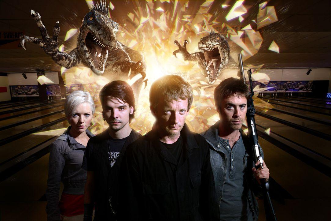 (2. Staffel) - Durch Wurmlöcher kommen gefährliche Dinosaurier in unsere Zeit. sind Cutter (Douglas Henshall, 2.v.r.), Abby (Hannah Spearritt, l.)... - Bildquelle: ITV Plc
