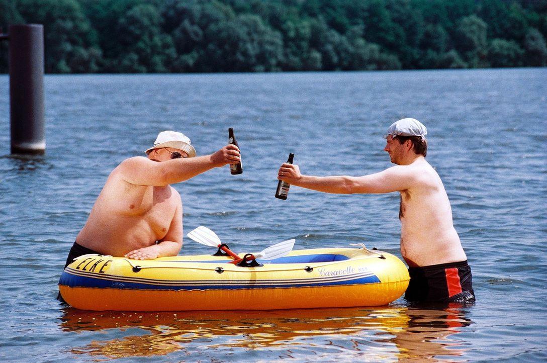 Martin (Markus Maria Profitlich, l.) und Horst (Philipp Schepmann, r.) taufen das neue Boot. - Bildquelle: Gordon Mühle Sat.1