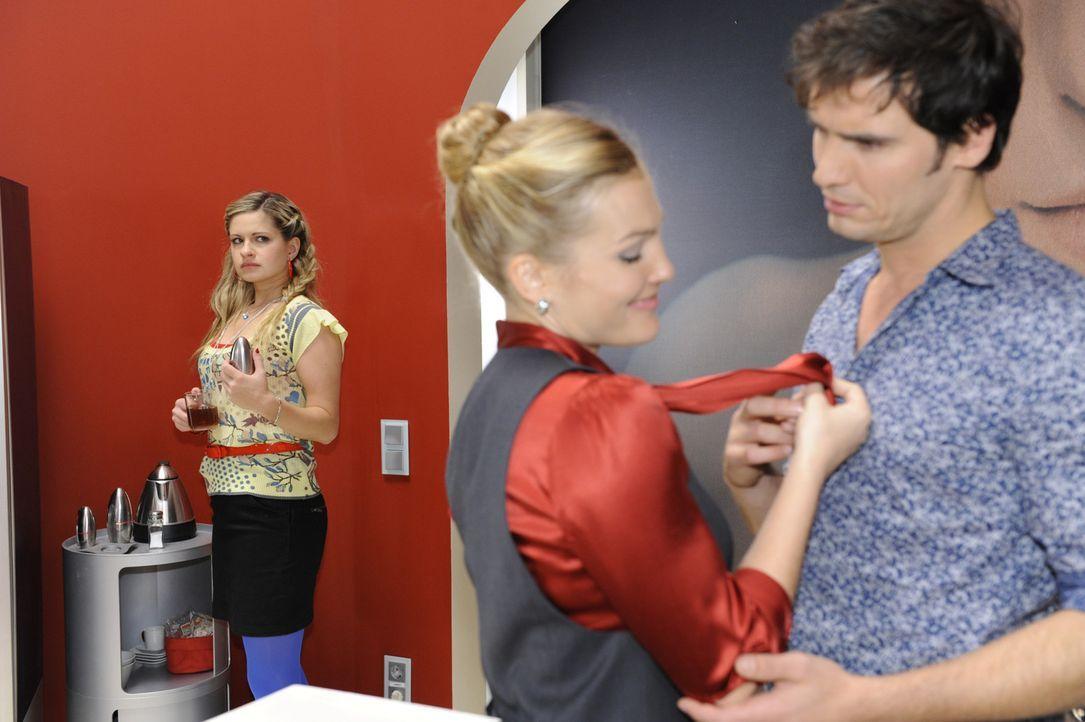 Mia (Josephine Schmidt, l.) fällt es schwer, die Beziehung zwischen Annett (Tanja Wenzel, M.) und Alexander (Paul Grasshoff, r.) zu akzeptieren. Si... - Bildquelle: SAT.1