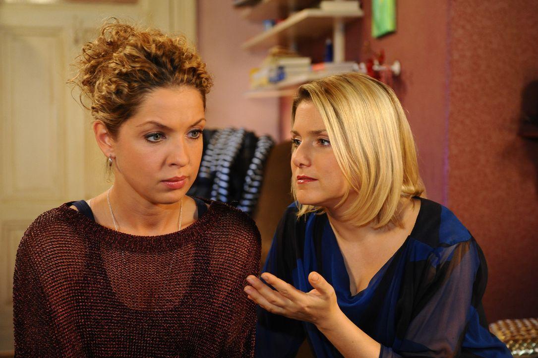 Nina (Maria Wedig, l.) wird von Anna (Jeanette Biedermann, r.) überzeugt, die Absage der Modeschule nicht einfach hinzunehmen ... - Bildquelle: SAT.1
