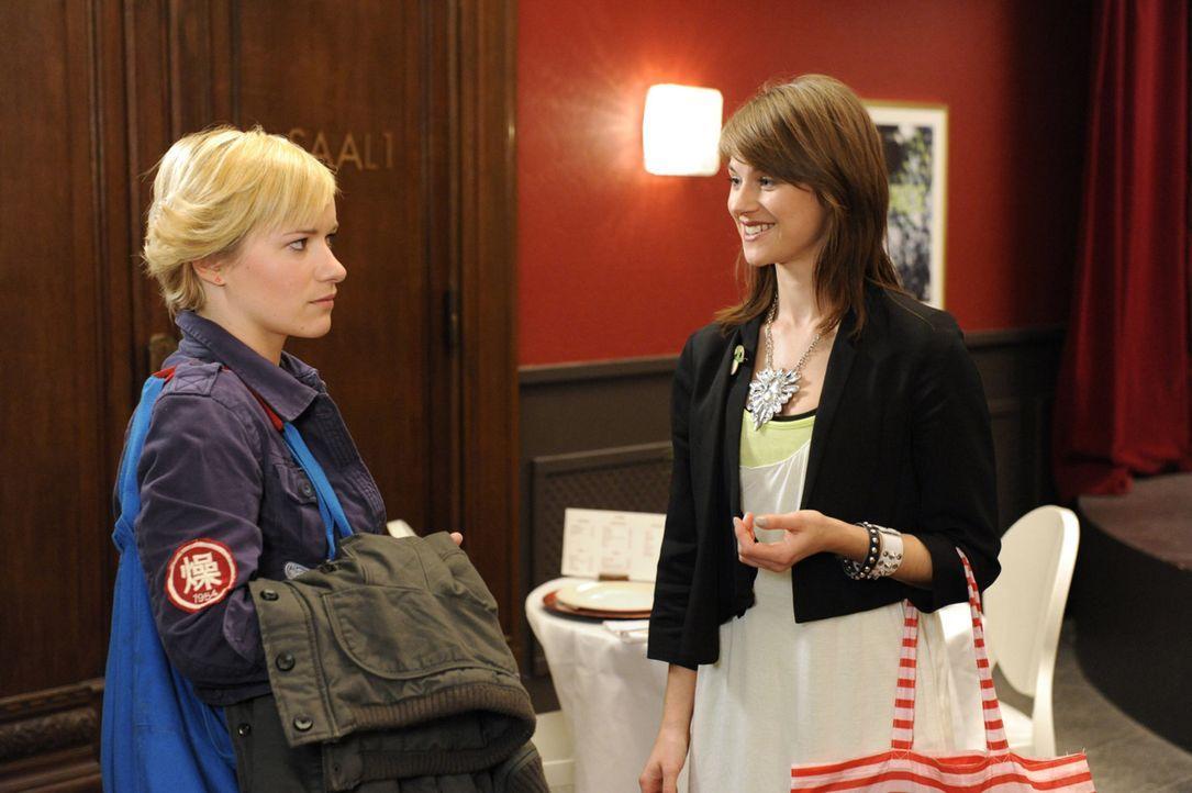 Treffen unerwartet aufeinander: Emma (Kasia Borek, l.) und Jenny (Lucy Scherer, r.) ... - Bildquelle: SAT.1
