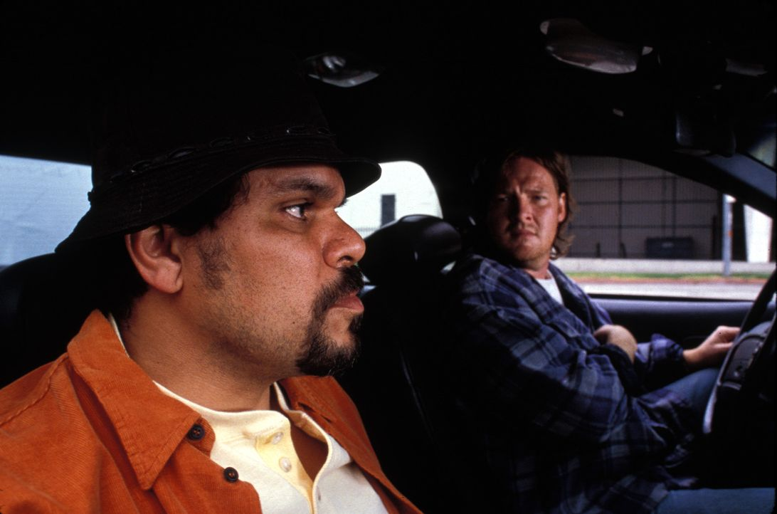 Vom Täter zum Opfer: Den beiden korrupten Officers Manzano (Luis Guzmán, l.) und Whitworth (Donal Logue, r.) steht das Wasser bis zum Hals ... - Bildquelle: Lions Gate Films Inc.