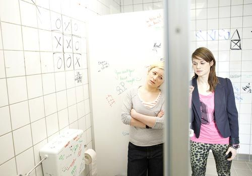 Jenny bereut, was sie getan hat und versucht Emma alles zu erklären. Doch wird sie noch eine Chance bekommen? - Bildquelle: David Saretzki - Sat1