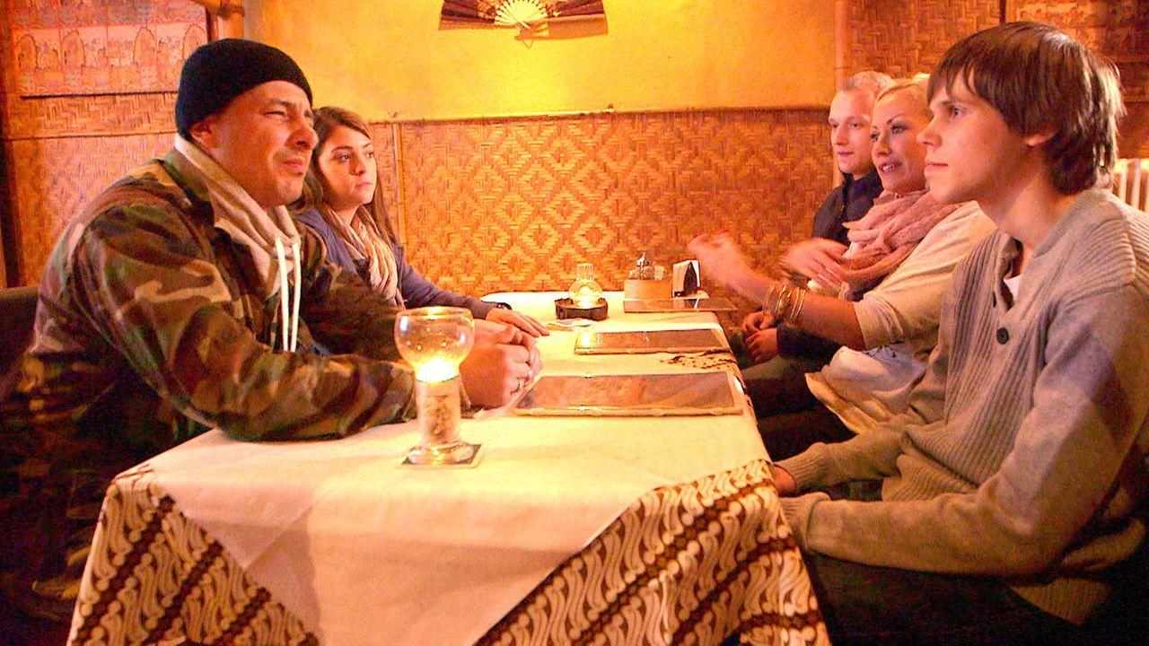 Camper-Papa Holger (l.) hat die Nase voll vom Lotterleben - und entwickelt eine kuriose Geschäftsidee. Doch seine Familie Sarafina (2.v.l.), Jeremy... - Bildquelle: SAT.1