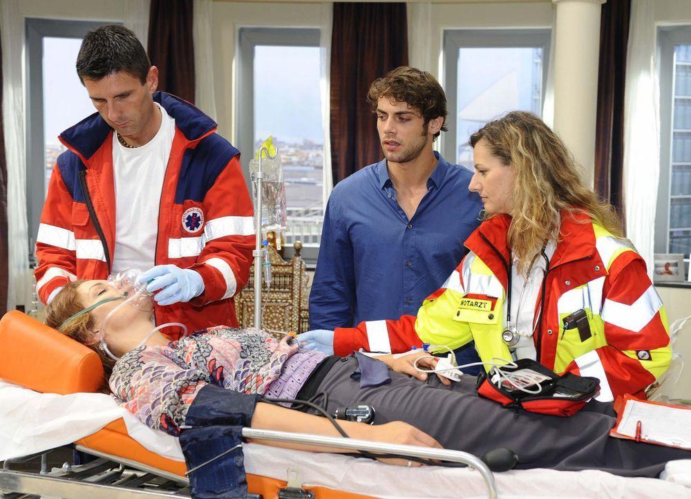 Jonas (Roy Peter Link, 2.v.r.) sagt sich von Natascha (Franziska Matthus, liegend) los und will sich nun Gerrit vorknüpfen ... - Bildquelle: Sat.1