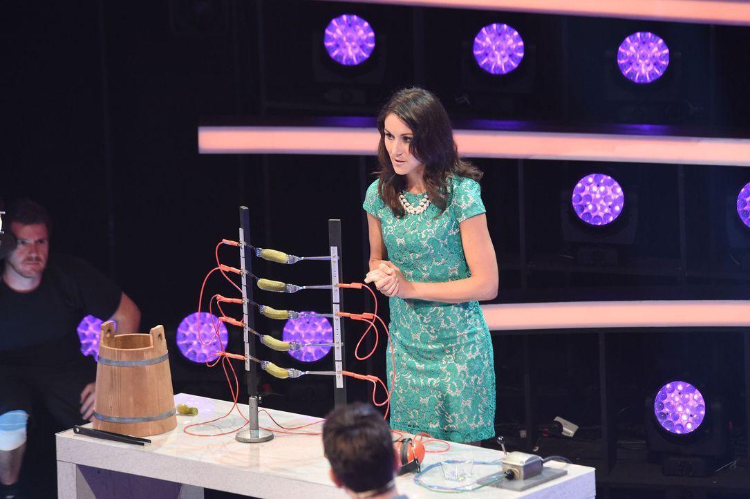 Die Lösung der Fragen zeigt Angela Halfar in spannenden Experimenten ... - Bildquelle: Andre Kowalski SAT.1