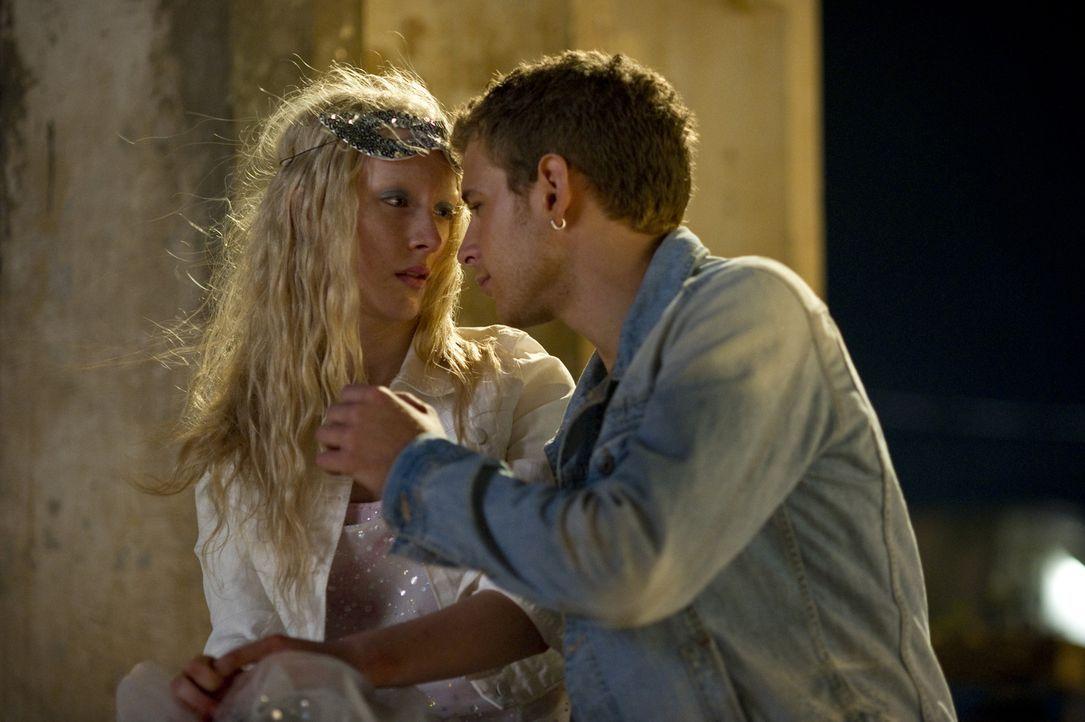 Als Miles (Aldo Maland, r.) Hanna (Saoirse Ronan, l.) küssen möchte, erlebt er sein blaues Wunder ... - Bildquelle: 2011 Focus Features LLC. All Rights Reserved.