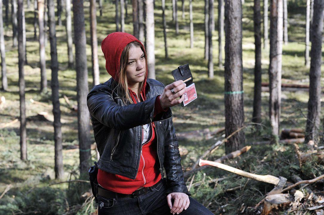 Lucy Palm (Britta Hammelstein) arbeitet an einem äußerst mysteriösen Fall: Ein Berliner Pärchen ist in den weiten Wäldern des Havellandes verschwund... - Bildquelle: Oliver Feist SAT.1 / Oliver Feist