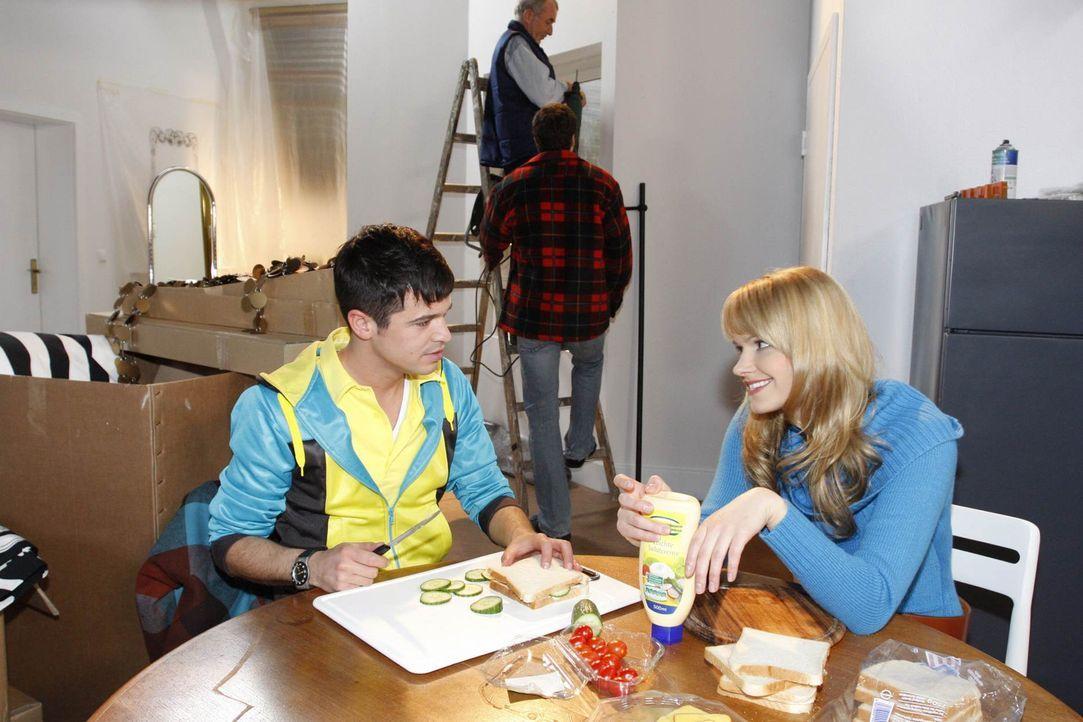 Jessica (Isabell Ege, r.) verrät Bilge (Olgu Caglar, l.), dass nichts mit Dick gelaufen ist ... - Bildquelle: SAT.1