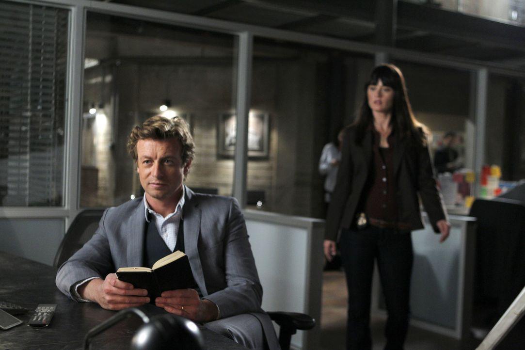 Ein neuer Fall beschäftigt: Patrick Jane (Simon Baker, l.) und Teresa Lisbon (Robin Tunney, r.) ... - Bildquelle: Warner Bros. Television