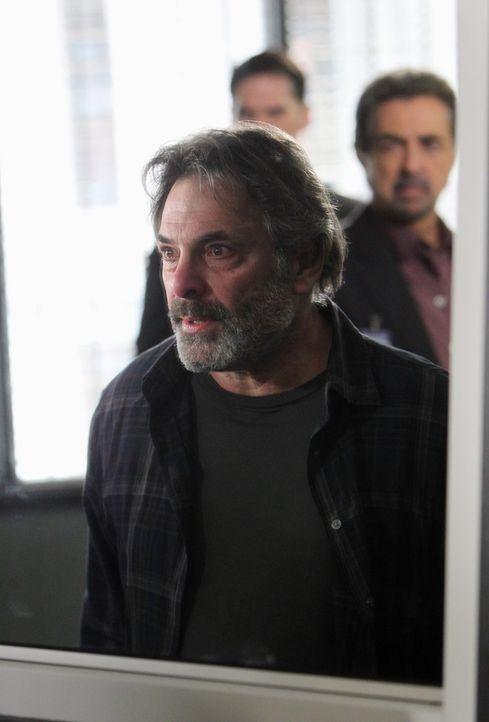 Als seine Töchter auf mysteriöse Weise, am Jahrestag des Verschwindens ihrer Mutter, ebenfalls verschwinden, wird Bruce Morrison (Ken Olin, vorne)... - Bildquelle: ABC Studios