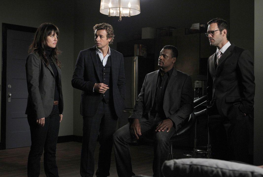 Bei den Ermittlungen in einem neuen Fall, stoßen Teresa (Robin Tunney, l.) und Patrick (Simon Baker, 2.v.l.) auf Steve Penn (Eric John Bentley, 2.v... - Bildquelle: Warner Bros. Television