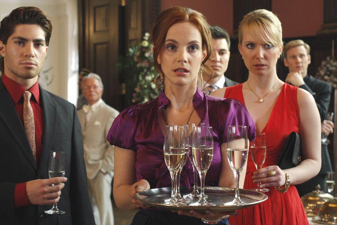 Die Hochzeit zwischen Mark und Alexandra findet statt. Tapfer bittet Manu (Marie Zielcke, M.) darum, auf dem Polterabend Dienst zu tun, um für imme... - Bildquelle: SAT.1