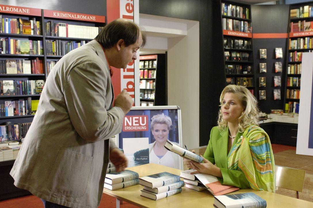 Mirja (Mirja Boes, r.) gibt als Bestsellerautorin Markus (Markus Majowski, l.) bei ihrer Signierstunde auch heiße Liebestipps. - Bildquelle: Sat.1