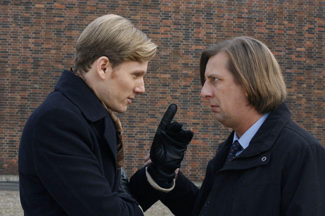 Philip (Philipp Romann, l.) glaubt, dass sein Coup gefährdet ist, doch Kramer (Frank Jacobsen, r.) weiß einen Ausweg ... - Bildquelle: SAT.1