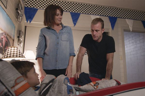 "(v.l.n.r.) Charlie Williams (Zach Sulzbach); Rachel Hollander (Claire van der Boom); Danny ""Danno"" Williams (Scott Caan) - Bildquelle: 2018 CBS Broadcasting, Inc. All Rights Reserved."