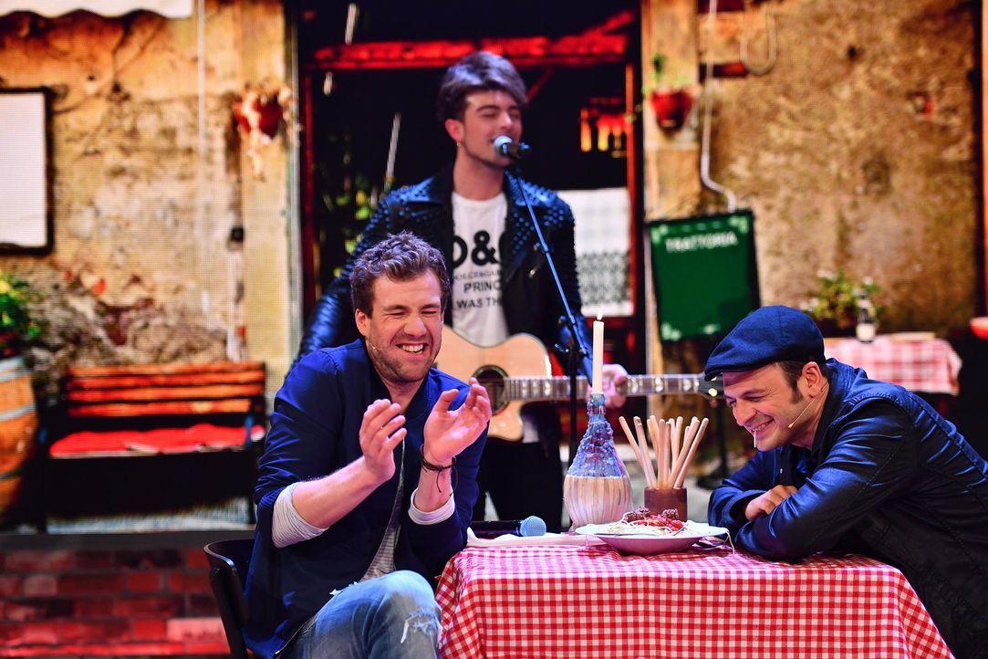 """Luke (l.) lädt Kaya Yanar (r.) in seiner Show zum Spaghetti essen ein. Darf mit einem """"Susi und Strolch"""" Moment gerechnet werden? - Bildquelle: Willi Weber SAT.1"""