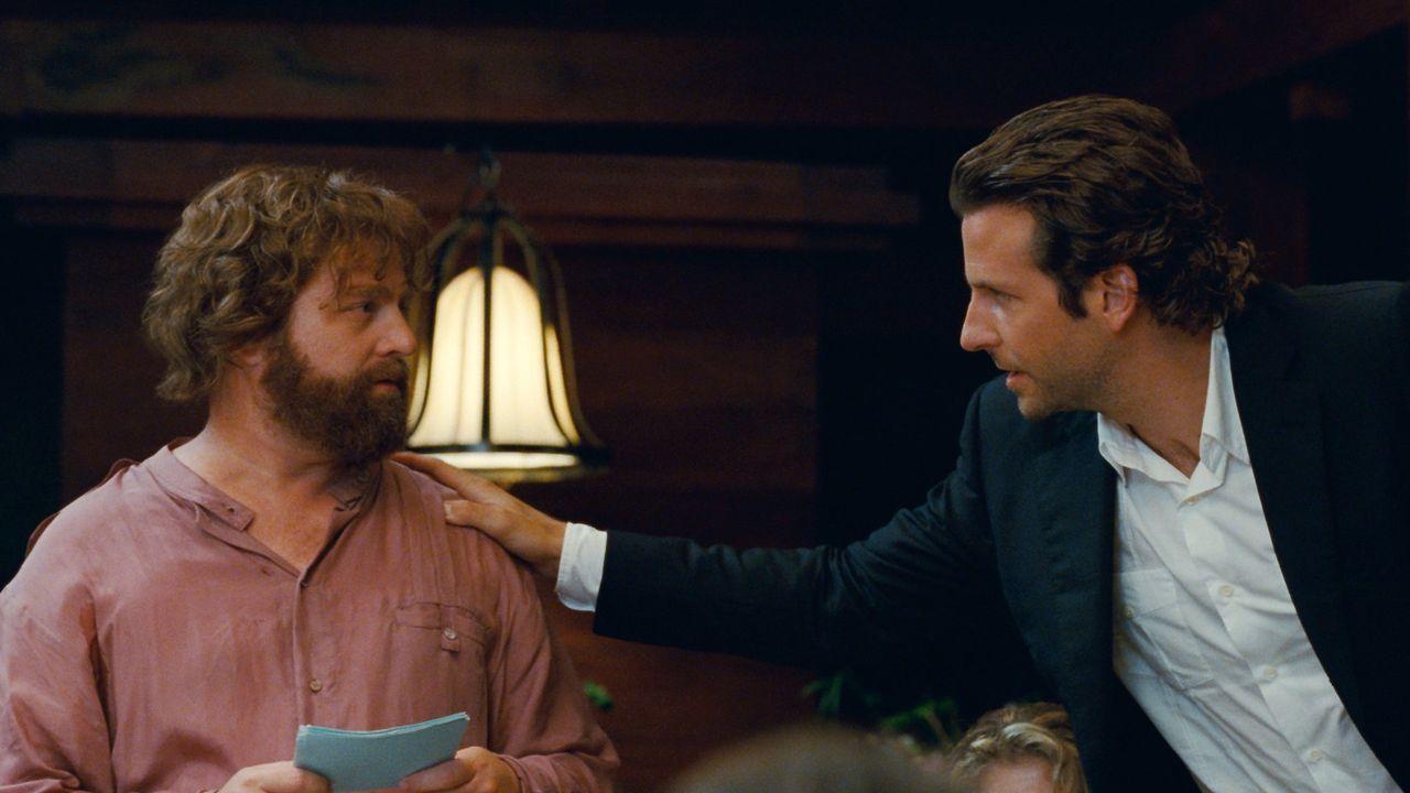 Eigentlich wollten Alan (Zach Galifianakis, l.) und Phil (Bradley Cooper, r.) nur zur Hochzeit von Stu nach Thailand fliegen und als Junggesellenabs... - Bildquelle: Warner Brothers