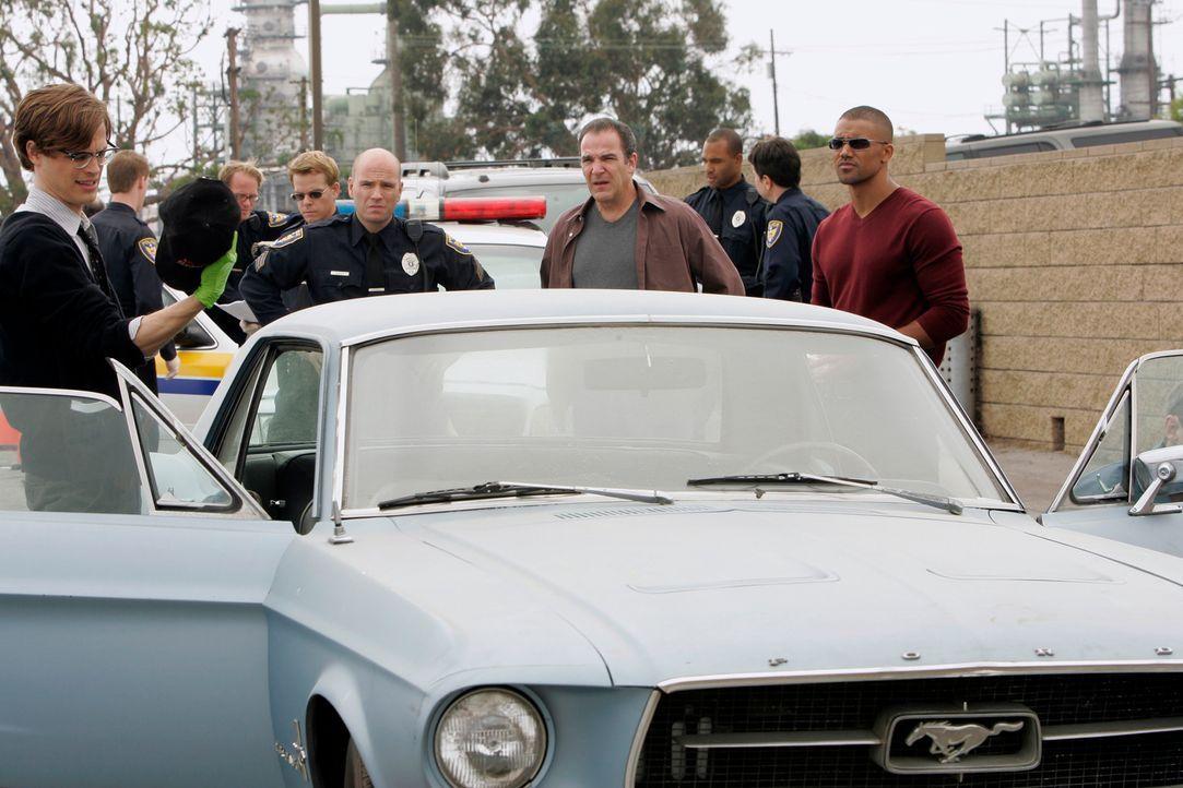 Suchen nach Hinweisen, die Reid (Matthew Gray Gubler, l.), Gideon (Mandy Patinkin, 4.v.r.) und Derek (Shemar Moore, r.) zum Aufenthaltsort der versc... - Bildquelle: Touchstone Television