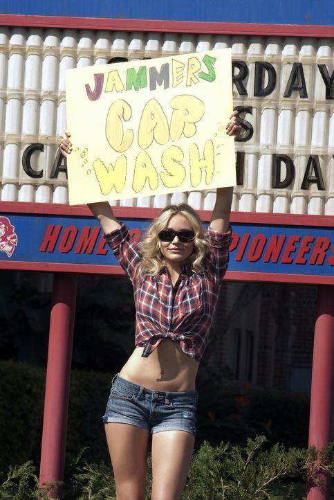 Um ihre geplante Brustoperation finanzieren zu können, ist Elizabeth Halsey (Cameron Diaz) bereit, macht sie widerwillig bei allen Schulaktionen mi... - Bildquelle: 2011 Columbia Pictures Industries, Inc. All Rights Reserved.