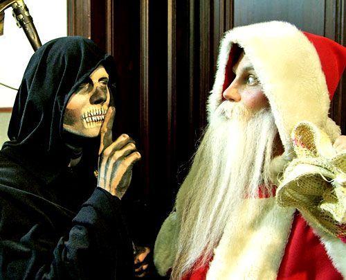 In was für einer Zeit leben wir denn? Da macht der Tod doch gemeinsame Sache mit dem Weihnachtsmann! Wem soll man denn da noch vertrauen!  - Bildquelle: sat1