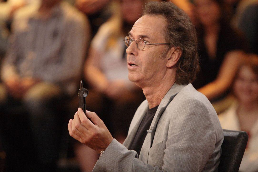 Hugo Egon Balder stellt dem Rate-Panel wieder knifflige Zuschauerfragen ... - Bildquelle: Sat.1