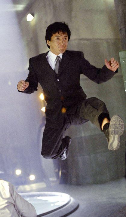 Schon bald wird Jimmy (Jackie Chan) klar, dass der Smoking, der Tuxedo, kein normaler Anzug ist, sondern die neueste Geheimwaffe der CSA. Dieser Anz... - Bildquelle: TM &   2002 DreamWorks LLC. All Rights Reserved