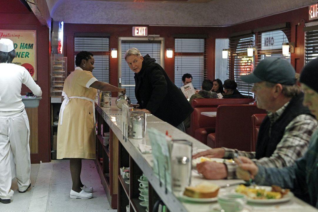 Während seines allmorgendlichen Stopps für Kaffee in einem Diner findet sich Gibbs (Mark Harmon, M.) auf einmal in einem Schusswechsel wieder. Im... - Bildquelle: CBS Television