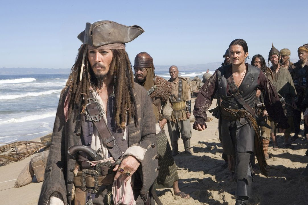 Bis ans Ende der Welt sind Will Turner (Orlando Bloom, hinten l.), Elizabeth Swann und Captain Barbossa gesegelt, um den - je nach Sichtweise - best... - Bildquelle: Disney Enterprises, Inc.  All rights reserved