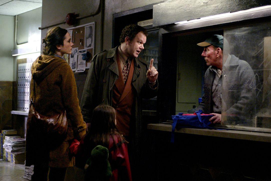 Mr. Murray (John C. Reilly, 2.v.r.) und Hausmeister Veeck (Pete Postlethwaite, r.) drehen Dahlia Williams (Jennifer Connelly, l.) und ihrer kleinen... - Bildquelle: Buena Vista Pictures