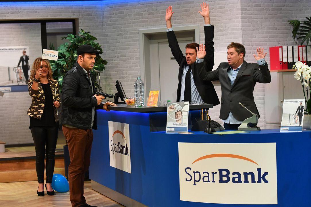 Hände hoch, Geld her! Als Bankräuber überfällt Kaya Yanar (2.v.l.) die Filiale von Max Giermann (2.v.r.) und Sascha Korf (r.) und der Schreck sitzt... - Bildquelle: Willi Weber SAT.1