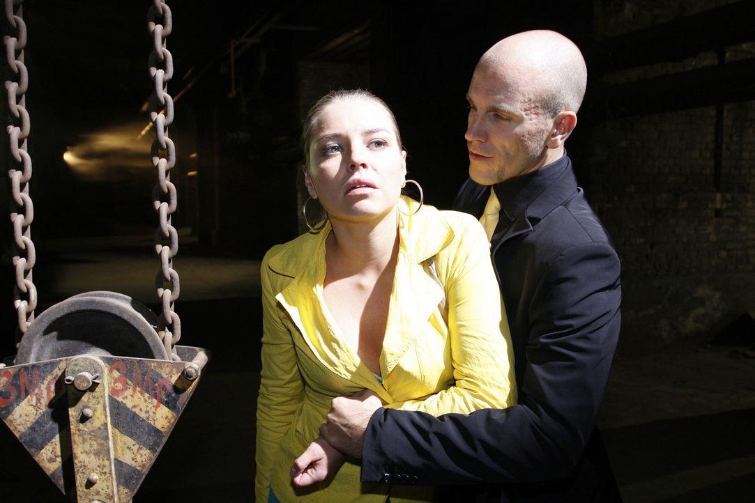 Was hat Gerrit (Lars Löllmann, r.) nur mit Katja (Karolina Lodyga, l.) vor? - Bildquelle: Sat.1
