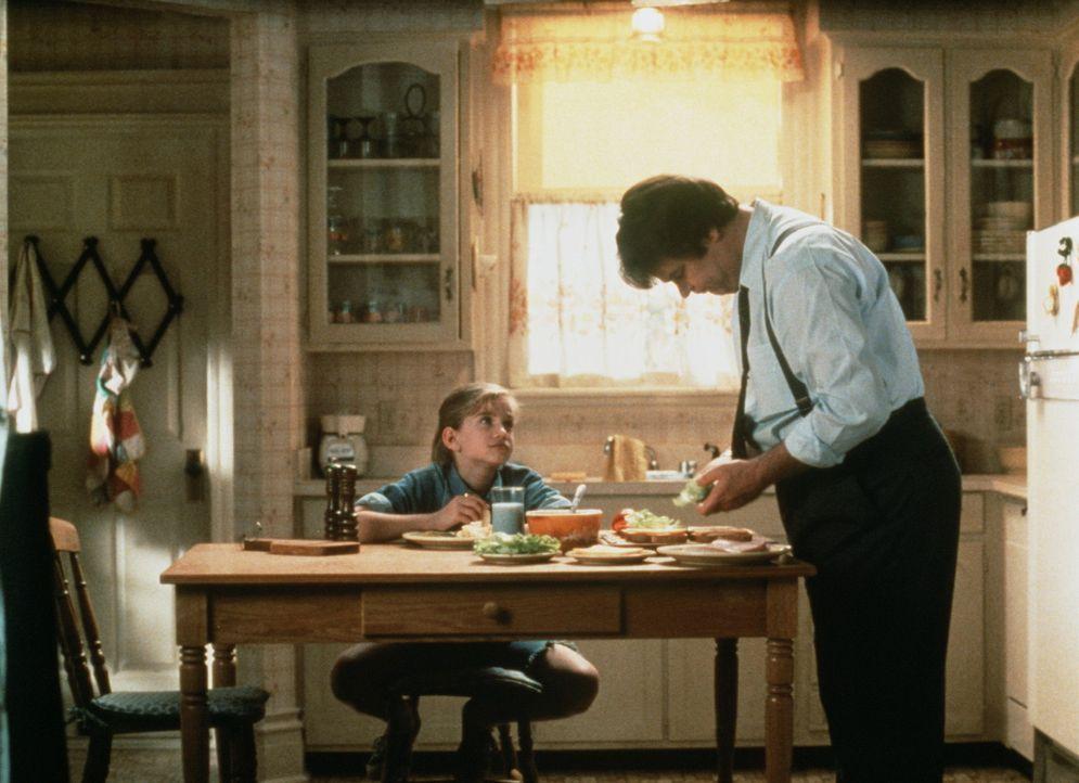 Die kleine Vada (Anna Chlumsky, l.) findet, dass ihr verwitweter Dad (Dan Aykroyd, r.) endlich eine nette Freundin suchen sollte ... - Bildquelle: Columbia Pictures